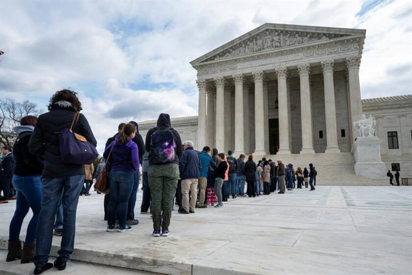 Varias personas esperan en el exterior del Tribunal Supremo en Washington D.C (Estados Unidos). EFE/Archivo
