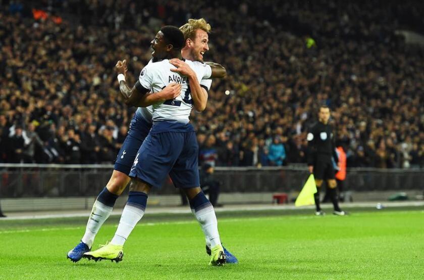Los jugadores del Tottenham Harry Kane y Serge Aurier celebran el 2-0 contra el Chelsea FC en Wembley en Londres. EFE/EPA