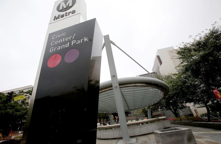 La entrada a la estación de la Línea Roja en Grand Park, el 23 de diciembre de 2016. La Autoridad Metropolitana de Transporte (MTA) ha aprobado una política que permitirá a corporaciones comprar los derechos de denominación de las líneas y estaciones del Metro (Luis Sinco / Los Angeles Times).