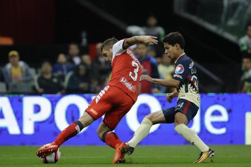 El jugador de América Diego Laines (d) y Lucas Rodríguez (i) de Veracruz pelean por un balón. EFE/Archivo