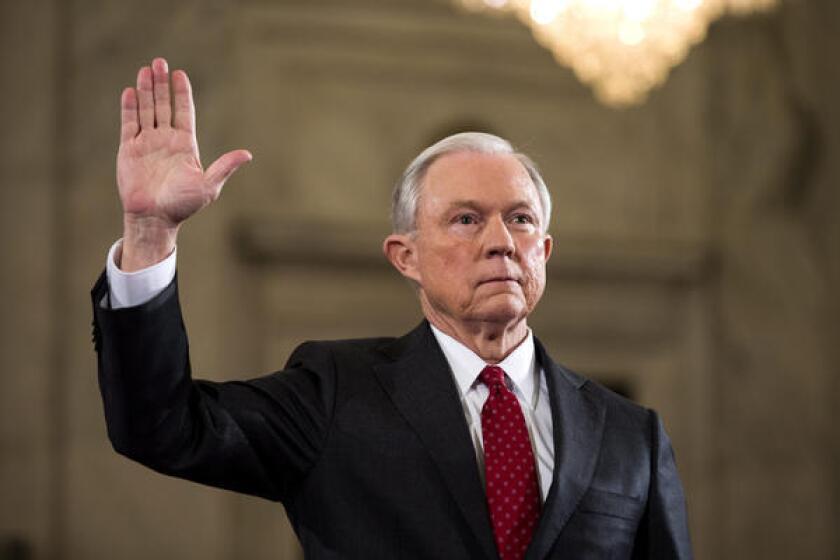 Jeff Sessions ha sido una de las voces más críticas en el Senado a la política migratoria del presidente Barack Obama, quien en 2012 emitió una orden ejecutiva que creó el programa de alivio migratorio conocido como DACA por sus siglas en inglés.