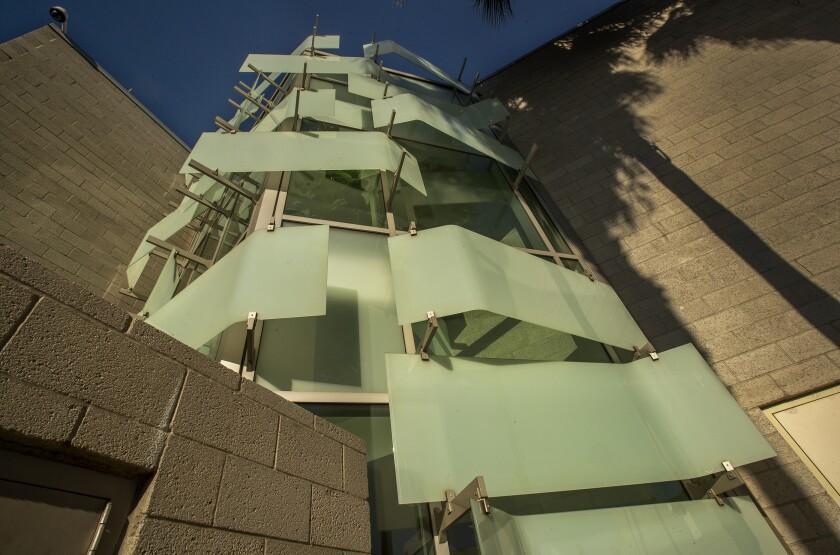 Insgesamt zeigt die Ziertafeln auf der Rückseite die Außenstruktur des LAPD Hollenbeck Station