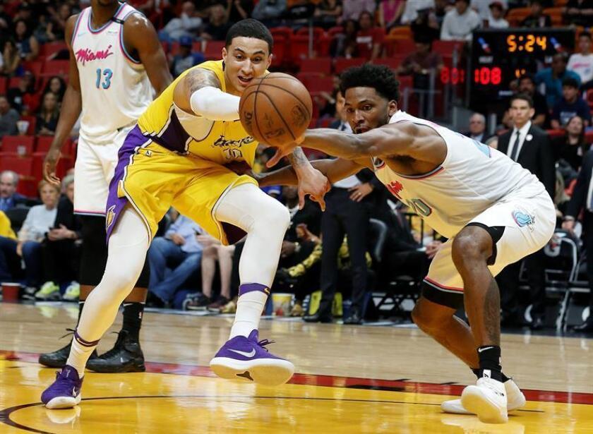 El jugador de los Miami Heat Justise Winslow (d) en acción ante Kyle Kuzma (i) de Los Ángeles Lakers durante un partido en el Arena de Miami AmericanAirlines (EE.UU.). EFE