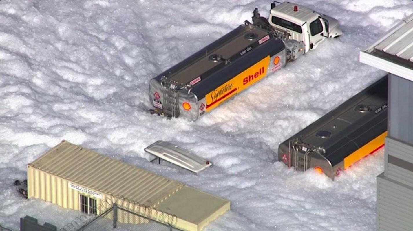 Autoridades del norte de California investigan un masivo derrame de espuma originado en un hangar situado dentro del Aeropuerto Internacional de San José, en Sant Clara, que dejó múltiples vehículos y varias calles cubiertas por un inusual manto blanco.