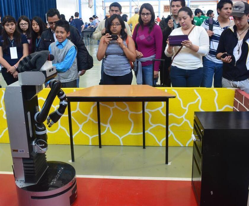 Fotografía cedida por el Consejo Nacional de Ciencia y Tecnología (Conacyt) hoy, martes 9 de enero de 2018, de un grupo de personas mientras observa un robot durante una demostración en Ciudad de México (México). EFE/Conacyt/SOLO USO EDITORIAL