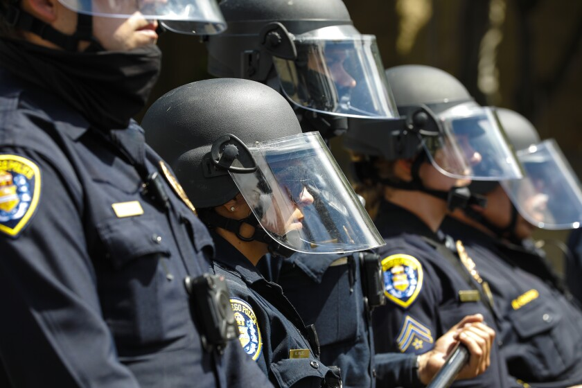 Los agentes de policía de San Diego mantuvieron la línea en la 14ª Avenida y Broadway
