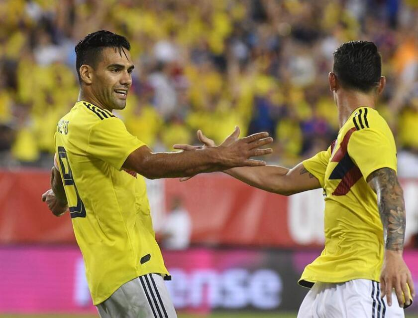 El colombiano Radamel Falcao (i) celebra con su compañero James Rodríguez (d) luego de anotar el tercer gol del equipo durante un partido amistoso entre Colombia y EE.UU., en Tampa, Florida (EE.UU.). EFE