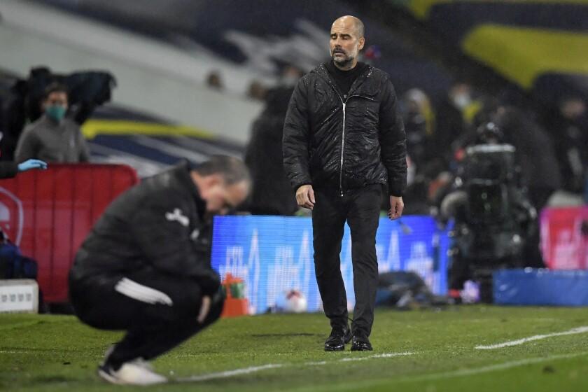 En la foto aparecen el español Pep Guardiola (derecha), técnico del Manchester City, y el argentino Marcelo Bielsa