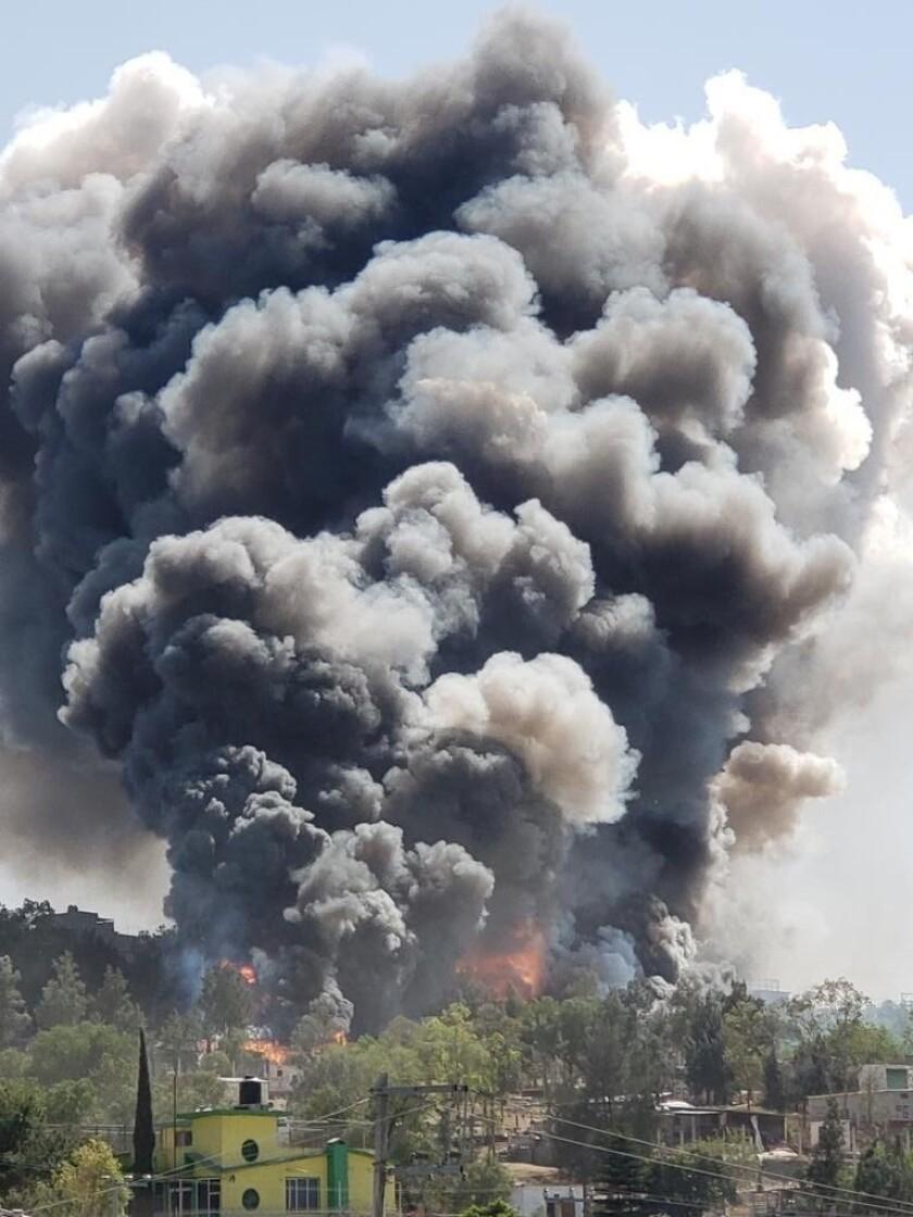 El cielo se cubrió de humo por explosión en zona pirotécnia en Chimalhuacán, Estado de México.