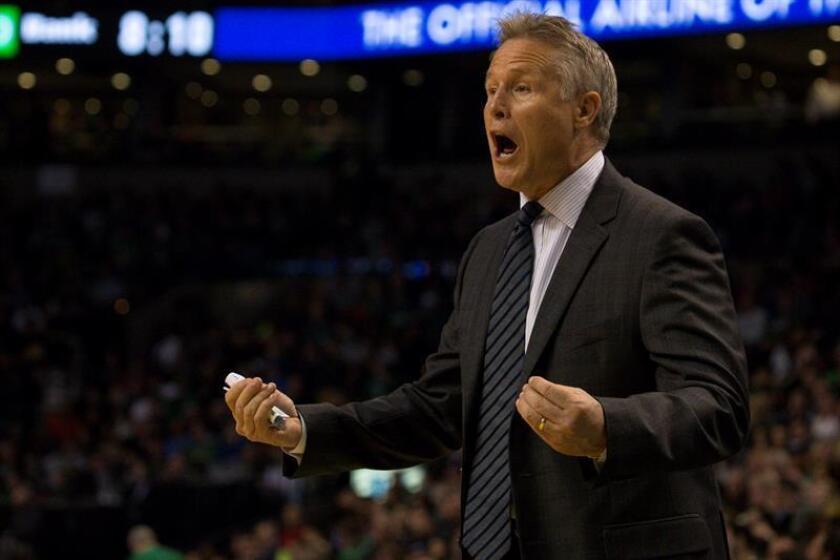 En la imagen, el entrenador Brett Brown de Philadelphia 76ers. EFE/Archivo