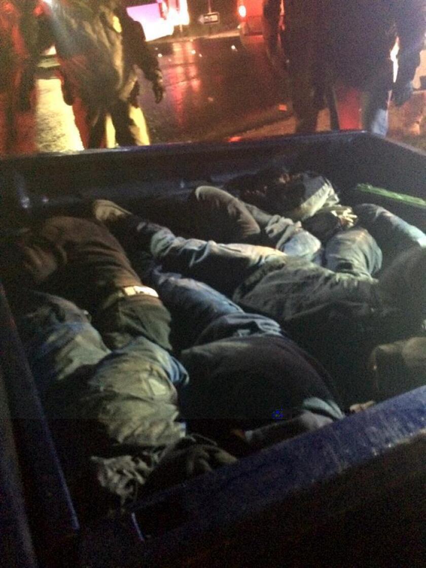Fotografía cedida en donde aparece una camioneta tipo pickup en donde la Patrulla Fronteriza en el sector de San Diego encontró a un grupo de 17 inmigrantes indocumentados ocultos bajo una cubierta de madera. EFE/Patrulla Fronteriza/SÓLO USO EDITORIAL/NO VENTAS