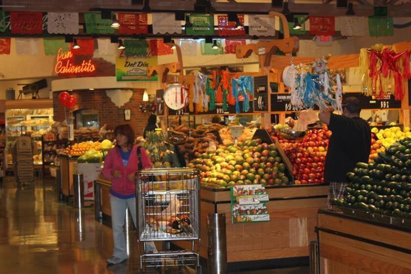 Una mujer hace compras en un supermercado de EEUU. EFE/Archivo