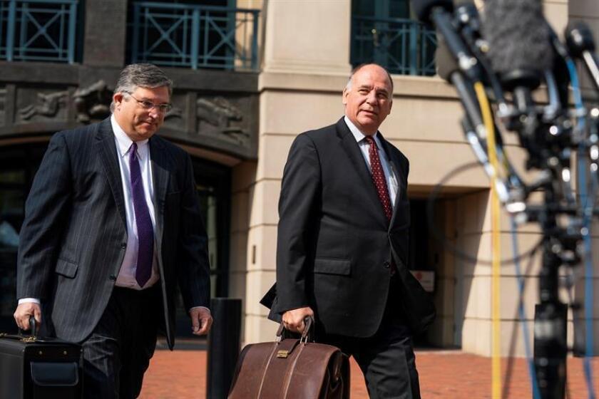 Richard Westling (izq) y Thomas Zehnle (dcha), abogados de Paul Manafort, exjefe de campaña del presidente estadounidense Donald Trump, sale del Tribunal de Distrito donde participó en una nueva jornada del juicio contra Manafort por fraude en Washington DC (Estados Unidos) hoy, 16 de agosto de 2018. EFE