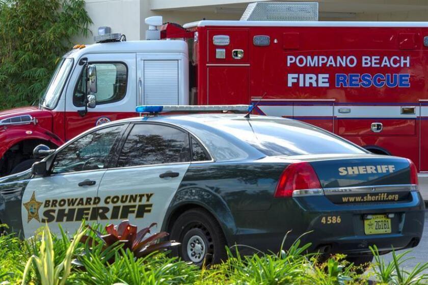 Un coche de policía y un camión de bomberos permanecen estacionados en el Broward Health hospital de Pompano Beach, Florida, EE.UU.. EFE/Archivo