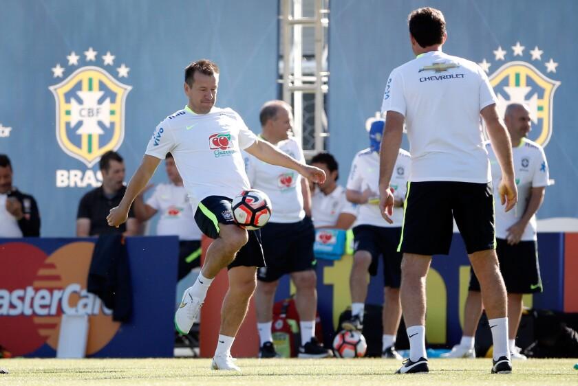 El tècnico Dunga (i), de la selección nacional de fútbol de Brasil entrena hoy, jueves 02 de junio de 2015, en el marco de los preparativos para la Copa América Centenario 2016, en Los Ángeles.
