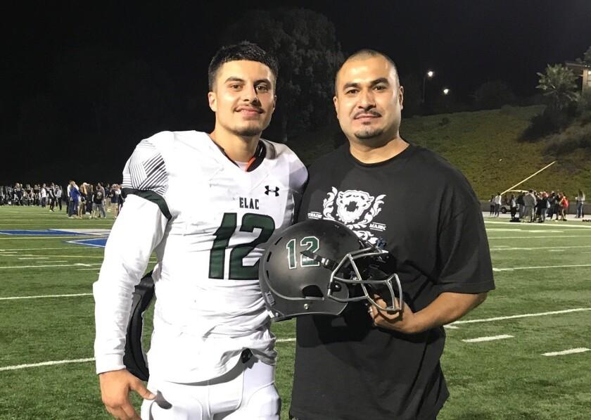Paul Herrera, junto a su padre del mismo nombre, tras un partido con ELAC.