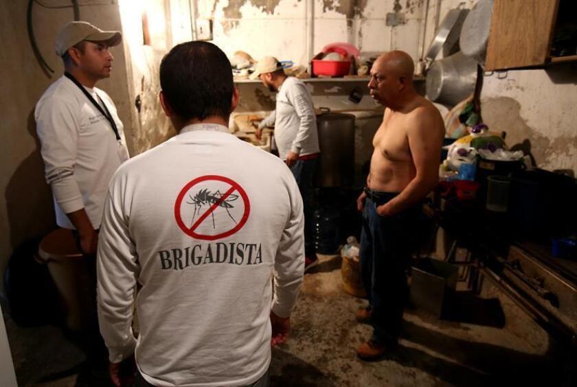 Fotografía de archivo fechada el 3 de febrero de 2016, que muestra a brigadistas contra el mosquito Aedes aegypti, trasmisor del virus del Zika y Dengue, mientras inspeccionan zonas de riesgo en la ciudad de Zapopan del estado de Jalisco (México). EFE/Archivo