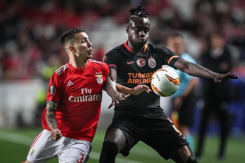 Grimaldo (i) del Benfica disputa un balón ante Diagne (d) del Galatasaray, durante un partido de la Liga Europa. EFE/Archivo