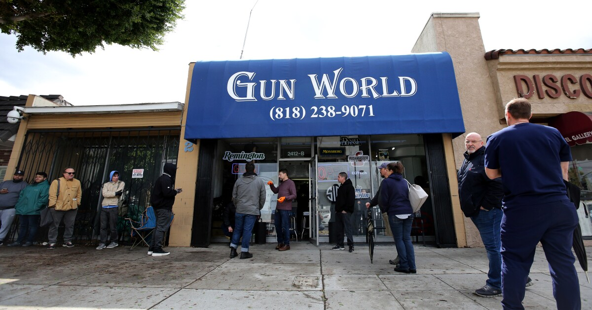Πυροβόλα όπλα ακτιβιστές sue Καλιφόρνια, Λος άντζελες πάνω από το κατάστημα όπλο κλείσιμο δεμένο coronavirus