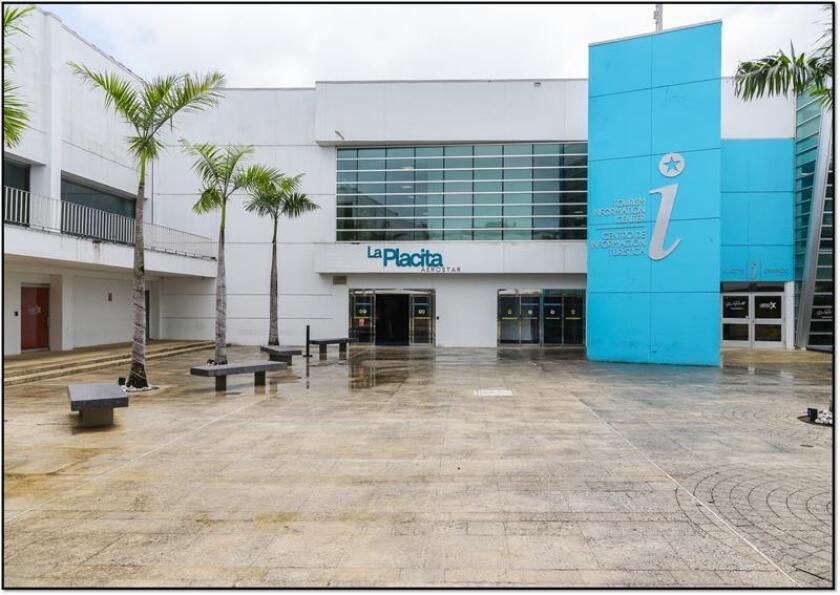 """Fotografía cedida hoy, jueves 13 de diciembre de 2018, donde se muestra una plaza exterior del Aeropuerto Internacional """"Luis Muñoz Marín"""", de San Juan, Puerto Rico, después de la reconstrucción por los daños ocasionados por el huracán María. EFE/Cortesía Aeropuerto Internacional """"Luis Muñoz Marín""""/SOLO USO EDITORIAL/NO VENTAS"""