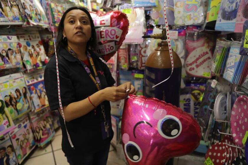 Vista general de una tienda de regalos este martes, en Ciudad de México (México). EFE