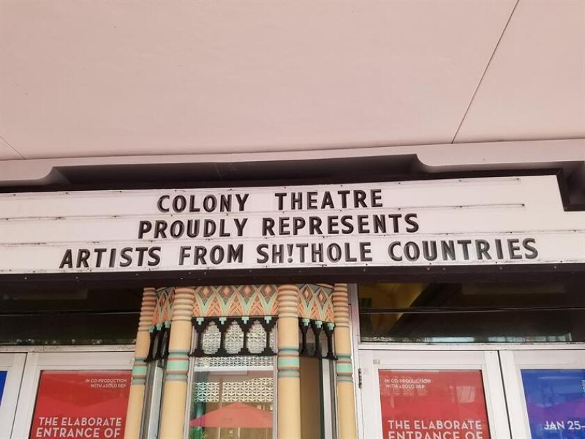 """Fotografía sin fechar cedida por Teatro Colony donde se aprecia la cartelera del Teatro Colony, una joya del estilo Art Decó, en Miami (EE.UU.). La cartelera del Teatro Colony, una joya del estilo Art Decó, anuncia estos días a los viandantes de una de las calles más transitadas de Miami Beach que """"representa con orgullo a artistas de países de mierda"""". El director artístico del teatro, el venezolano Michel Hausmann, dijo hoy a Efe que se trata de una """"respuesta"""" a las polémicas palabras atribuidas al presidente Donald Trump sobre El Salvador, Haití y países africanos, acorde con lo que el Colony representa, especialmente en una ciudad de inmigrantes como Miami. EFE/Cortesía TEATRO COLONY/SOLO USO EDITORIAL/NO VENTAS"""