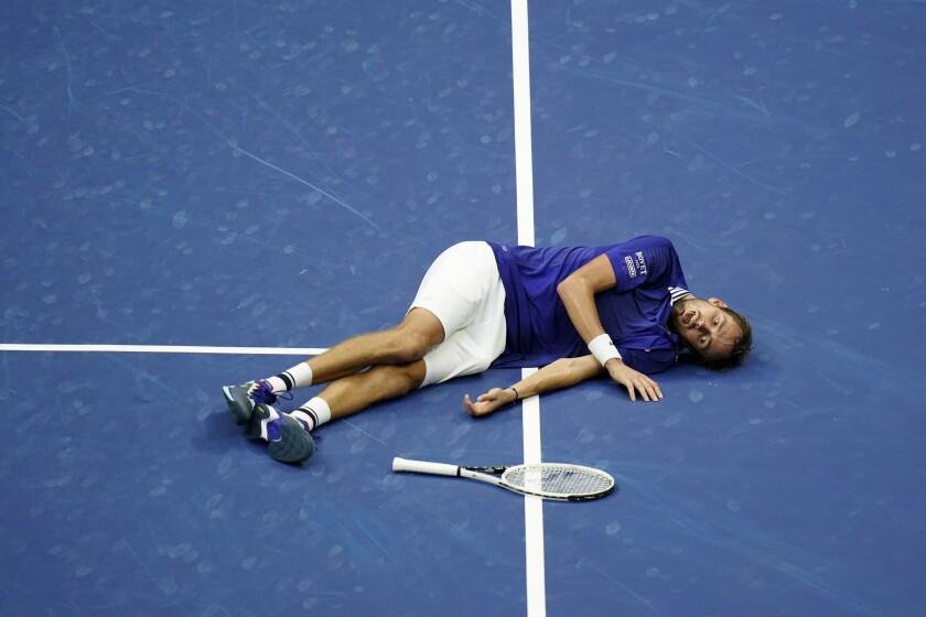 Daniil Medvedev en la pista al celebrar la victoria ante Novak Djokovic en la final del Abierto de Estados Unidos,