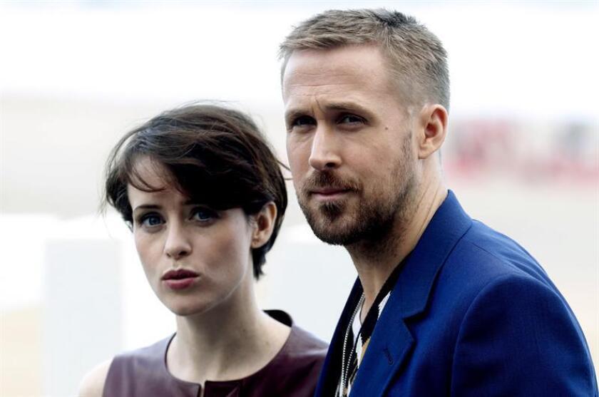 """El actor canadiense, Ryan Gosling, y la británica Claire Foy, posan hoy durante la presentación hoy de su película """"First man"""". EFE/Archivo"""