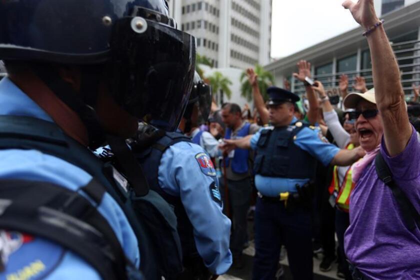 La Policía de Puerto Rico informó el domingo a Efe que en el primer turno del día de Navidad se ausentaron de sus puestos de trabajo alegando enfermedad un total de 2.615 agentes, cuando en una jornada cualquiera del año lo hacen poco más de 260, diez veces menos. EFE/Archivo