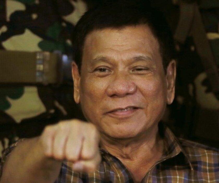 """El presidente de Filipinas, Rodrigo Duterte, elevó la retórica sobre su sangrienta campaña contra el crimen a un nuevo nivel el viernes, comparándola con Hitler y el Holocausto y apuntando que estaría """"contento de matar"""" a tres millones de adictos."""