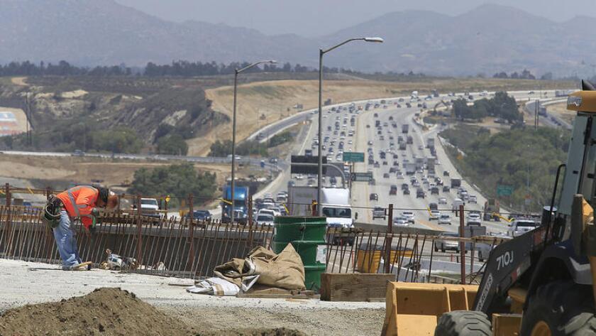 Equipos de construcción trabajan cerca de Green River Road sobre el Freeway 91 el año pasado. Una transitada sección de la autopista estará cerrada este fin de semana. ()