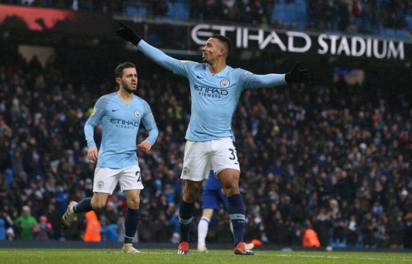 El delantero brasileño del Manchester City Gabriel Jesus (d) celebra uno de sus goles durante el partido de la Premier League que han jugado Manchester City y Everton en el Etihad Stadium en Manchester. EFE/EPA