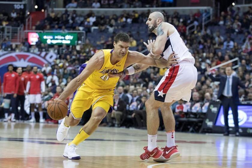 Brook Lopez (i) de Los Ángeles Lakers. EFE/Archivo