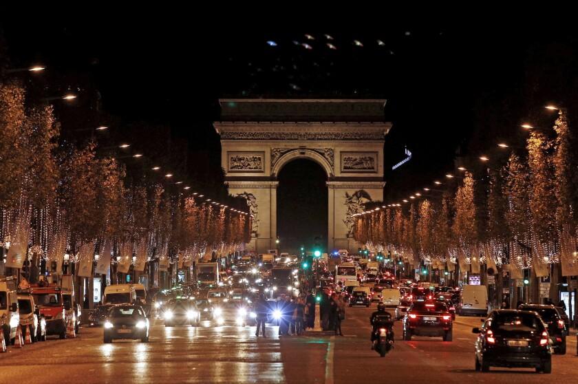 Vista del encendido de la iluminación navideña de la célebre avenida de los Campos Elíseos en París.