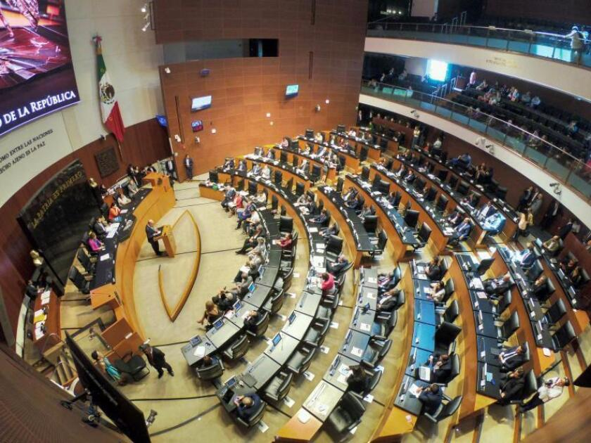 Vista general que muestra a senadores mexicanos durante el primer día del periodo extraordinario de sesiones en el Senado de la República en Ciudad de México (México). EFE/Madla Hartz