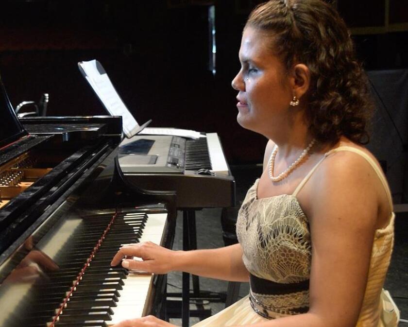 """Fotografía cedida hoy, lunes 1 de octubre de 2018, por Eneida Guadalupe Rendón Nieblas que ha permanecido en penumbras toda su vida, y la mitad de ella tampoco pudo oír. Ambas discapacidades parecían condenarla a abandonar su más grande pasión: la música. """"Nací con catarata congénita y eso me causó ceguera total de nacimiento. Desde chiquita me gustó la música, pero tuve problemas de audición desde los nueve años; aun así a los 11 empecé a estudiar piano"""", dice a Efe la artista. Escuchar cómo tocaba su maestro la llevó a descubrir que era el piano el instrumento que más le gustaba. EFE/ENEIDA RENDÓN/SOLO USO EDITORIAL / NO VENTAS"""