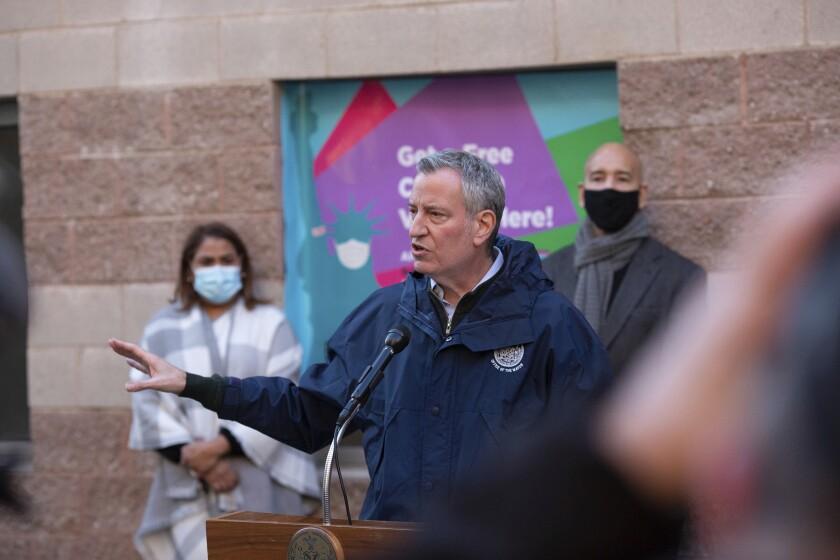 El alcalde de la ciudad de Nueva York, Bill de Blasio, habla durante una conferencia de prensa