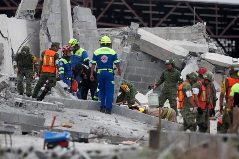 Equipos de rescate trabajan en la zona del derrumbe de una plaza comercial en construcción hoy, jueves 11 de octubre de 2018, en la ciudad de Monterrey, estado de Nuevo León (México). EFE/STR