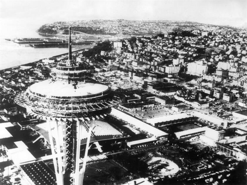 Torre de observación (i.) que domina los terrenos de la Feria Mundial de Seattle 1962. En lo alto de la torre funciona un restaurante giratorio que efectúá una vuelta completa cada hora. EFE/Archivo