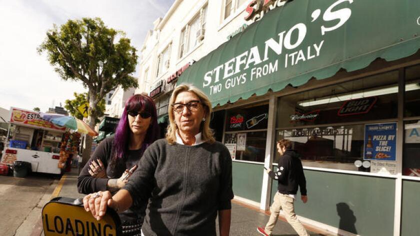 Los propietarios de tiendas en Hollywood argumentan que los puestos móviles de alimentos perjudican sus negocios.