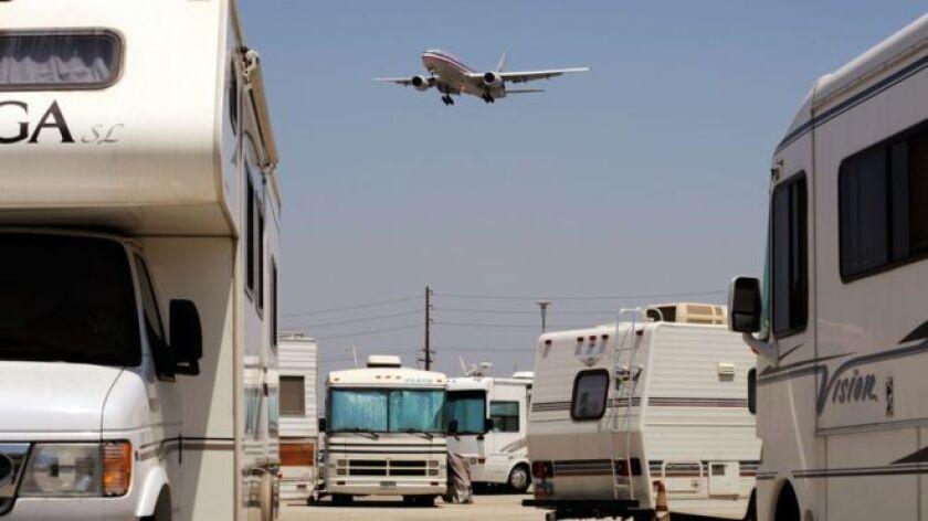 Los empleados han construido una pequeña comunidad en el aeropuerto internacional de Los Ángeles.