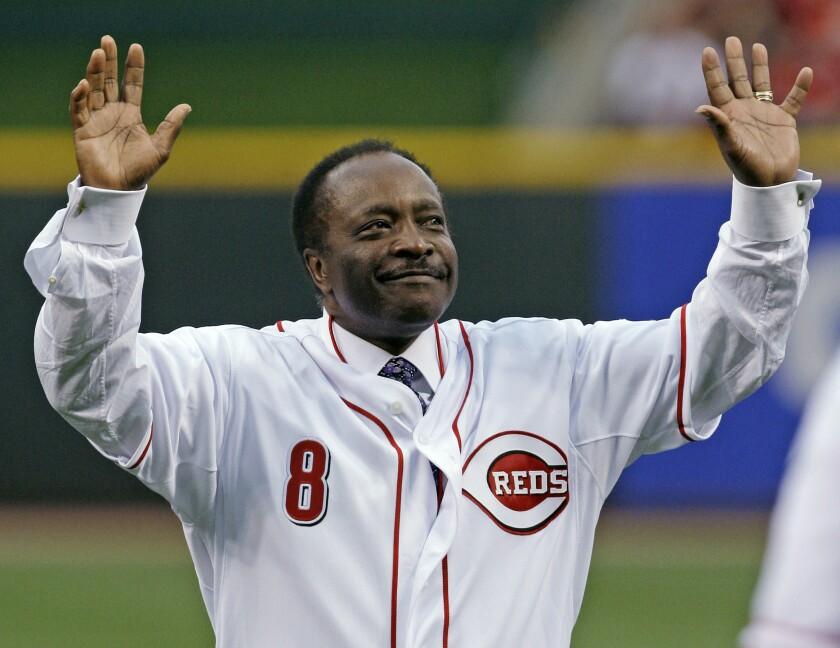 El legendario segunda base Joe Morgan de los Rojos de Cincinnati saluda al público previo a un juego en 2010