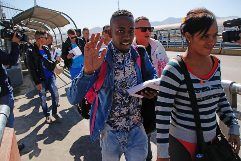Ciudadanos cubanos caminan hacia territorio estadounidense hoy, miércoles 24 de febrero de 2016, en un punto fronterizo de Ciudad Juárez (México). El Instituto Nacional de Migración (INM) de México recibió hoy en las ciudades fronterizas de Nuevo Laredo (Tamaulipas) y Ciudad Juárez (Chihuahua) a 270 cubanos que llegaron en dos vuelos procedentes de Costa Rica y Panamá y que se dirigen a los Estados Unidos. EFE/Alejandro Bringas