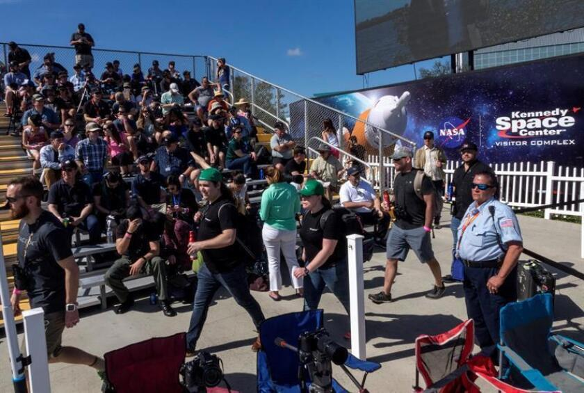 Una multitud espera al lanzamiento del cohete gigante Falcon Heavy, en Cabo Kennedy, Titusville, Florida (Estados Unidos) hoy, 6 de febrero de 2018. EFE