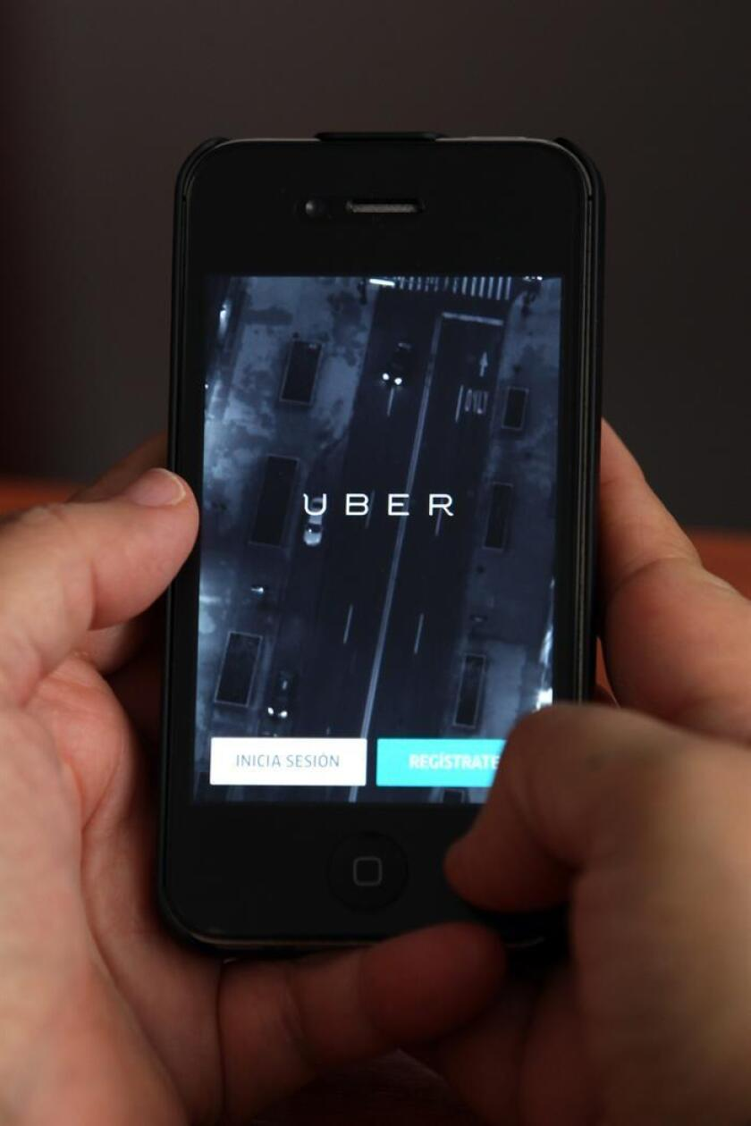 Vista de un teléfono celular donde anuncia el servicio de le empresa UBER. EFE/Archivo