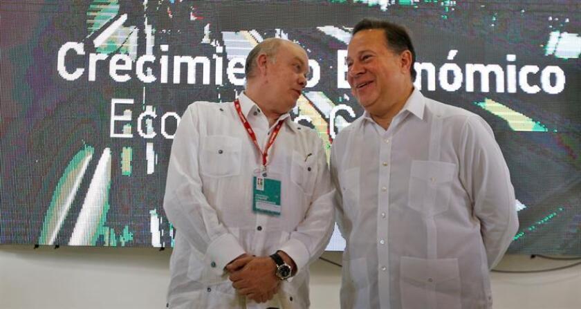 El presidente panameño, Juan Carlos Varela (d), y el ministro del Comercio Exterior de Cuba, Rodrigo Malmierca (i), hablan durante la inauguración del pabellón de Panamá en el segundo día de la 36 Feria Internacional de La Habana FIHAV 2018, en La Habana (Cuba). EFE