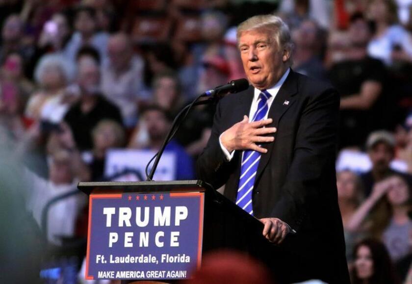 El aspirante republicano a la Presidencia de EEUU, Donald Trump, deseó hoy una pronta recuperación a su rival demócrata, Hillary Clinton, diagnosticada de neumonía, y aseguró que divulgará pronto los resultados de un examen médico que se hizo la semana pasada.