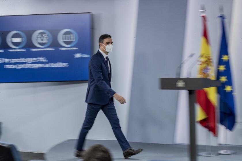 El presidente del gobierno español Pedro Sánchez llega a una conferencia de prensa
