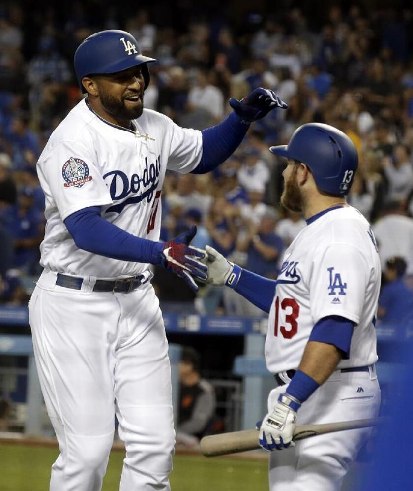 Los Angeles Dodgers left fielder Matt Kemp (L) is congratulated by teammate Max Muncy (R) after hitting a solo home run in the fourth inning of the MLB baseball game between the San Francisco Giants and the Los Angeles Dodgers at Dodger Stadium in Los Angeles, California, USA, 15 June 2018. (Estados Unidos) EFE