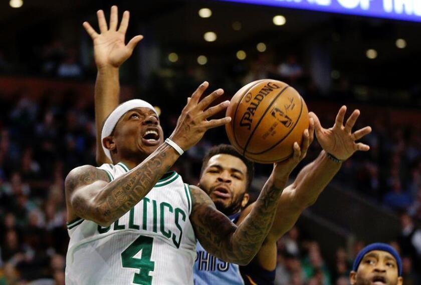 El jugador de Celtics Isaiah Thomas (i) recibe el balón ante la marca de Troy Daniels (d), de Grizzlies, el pasado martes 27 de diciembre de 2016, durante un partido entre Grizzlies y Celtics por la NBA, en el TD Garden de Boston, Massachusetts (EE.UU.). EFE